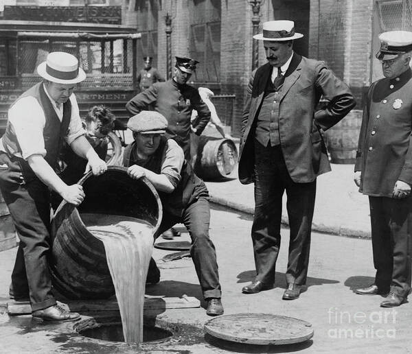 CLUB GIGGLE agents-pouring-alcohol-down-a-sewer-during-prohibition-era-american-school 20 Pictures Of The Prohibition Era