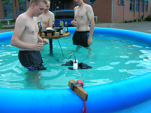 CLUB GIGGLE funny-photos-men-safety-fails-26__605 50 Reasons Why Women Live longer Then Men