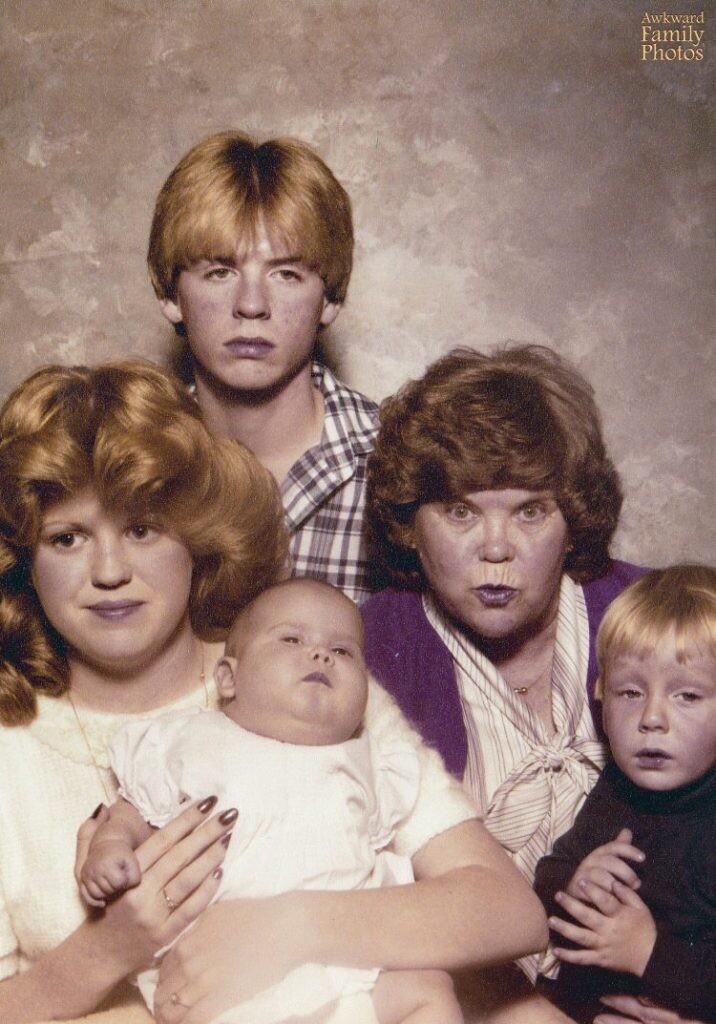 CLUB GIGGLE 2-4 20 Awkward funny Family Photos