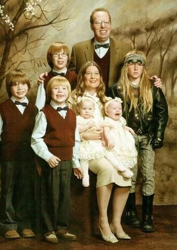 CLUB GIGGLE 9-2 20 Awkward funny Family Photos